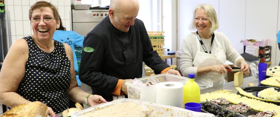 Des bénévoles s'amusent en cuisine